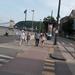 Gyalogosok a járdán, bringások a sínen